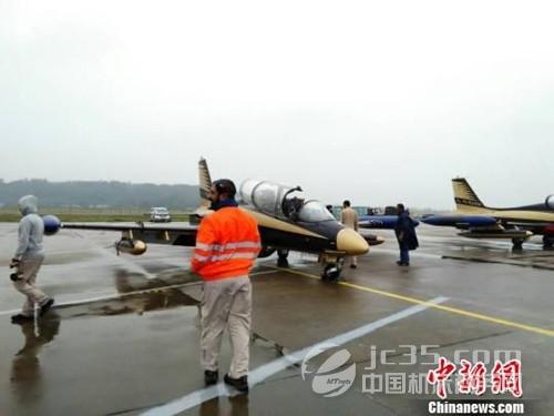 """阿联酋空军""""骑士""""飞行表演队的飞机"""